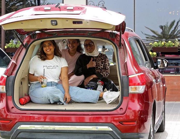 بعد إغلاق المطاعم والمقاهي شاهد كويتيون يتناولون الطعام داخل سياراتهم