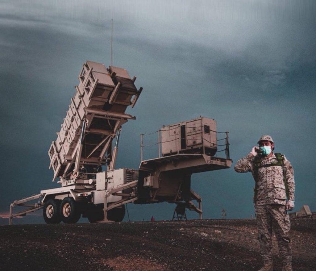 شاهد لحظة اعتراض وتدمير صاروخ حوثي فوق سماء جازان من قبل قوات الدفاع الجوي
