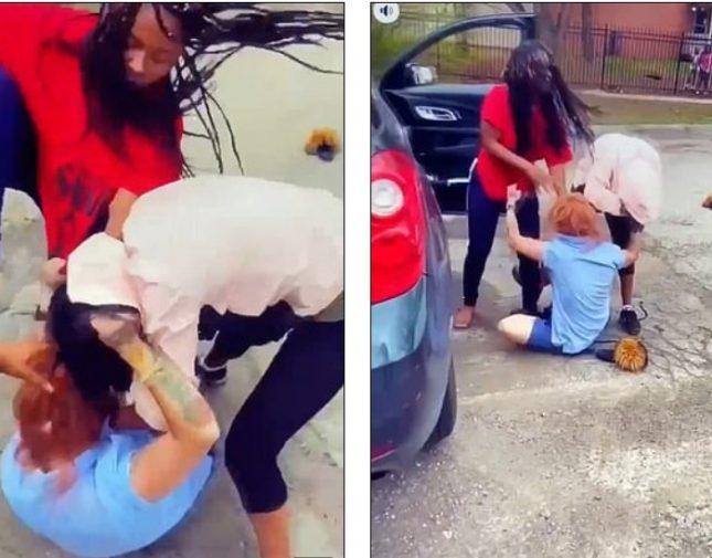 شاهد : اعتداء امرأتين على موظفة بريد بعد محاولة سرقتها