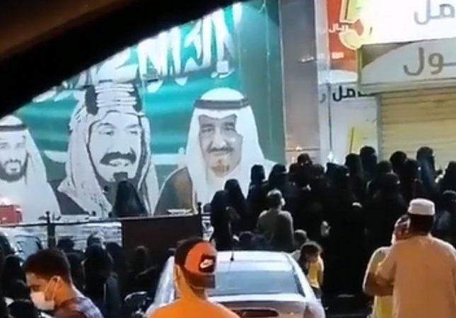 شاهد تزاحم السيدات أمام أحد المتاجر بجازان برغم عودة ارتفاع الإصابات