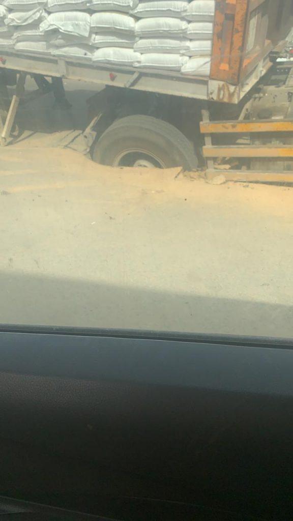 مركز الحقو | شاهد هبوط بالإسفلت يتسبب بسقوط شاحنه محمّله بأكياس الدقيق والأرز