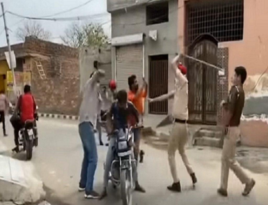 """بعد الارتفاع المخيف لحالات ووفيات فيروس كورونا بـ """"الهند"""" شاهد كيف أجبرت الشرطة المدنيين على الالتزام بالحجر الصحي!"""