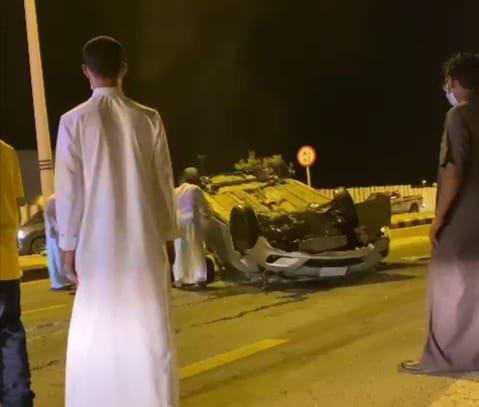 وفاة إمرأة بعد إنقلاب مركبتها على أحد الطرق الرئيسية بمدينة جيزان – صورة