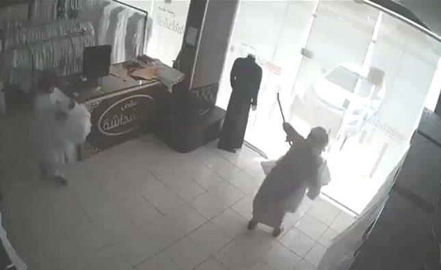 """شاهد لحظة اقتحام """"محل خياطة"""" في وضح النهار وسرقة مبلغ مالي وثياب مخصصة للزبائن"""
