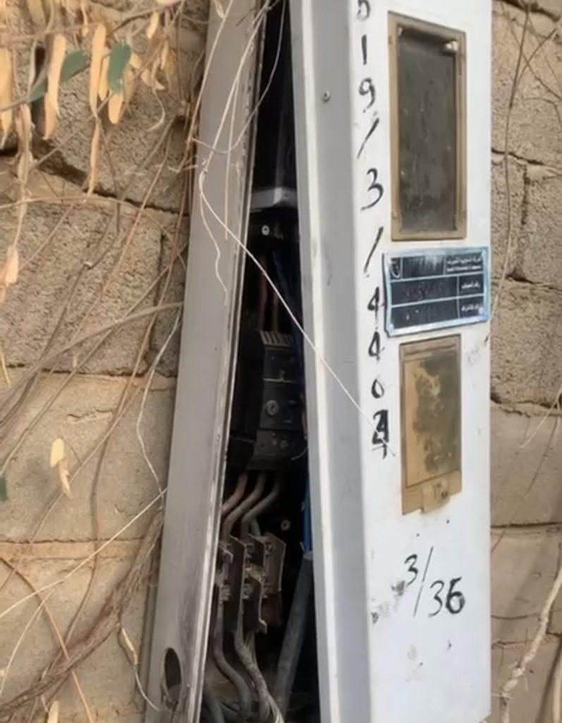 مواطن يُوثّق فيديو لأسلاك مكشوفة وعدّاد متهالك بمركز الحقو