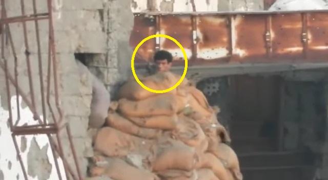 شاهد: لحظة قنص حوثي مختبئ خلف حاجز ترابي