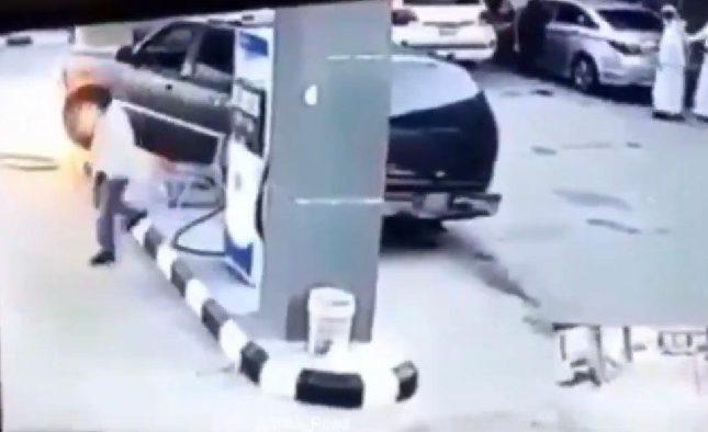 """شاهد مركبة تقودها """"امرأة"""" تصطدم بمضخة بنزين وتتسبب في اشتعالها"""