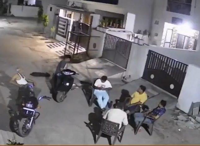 شاهد: 6 رجال قرروا السهر بالشارع أمام منازلهم.. وفجأة داهمهم مالم يكن في الحسبان!