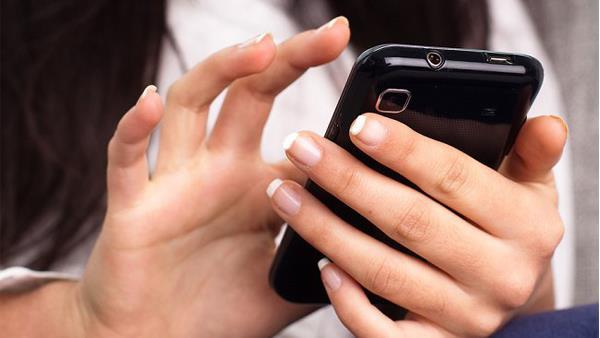 زوجة تتسبب في طلاق ضرتها بعد سرقة محادثاتها مع زوجها من هاتفه أثناء نومه – تفاصيل
