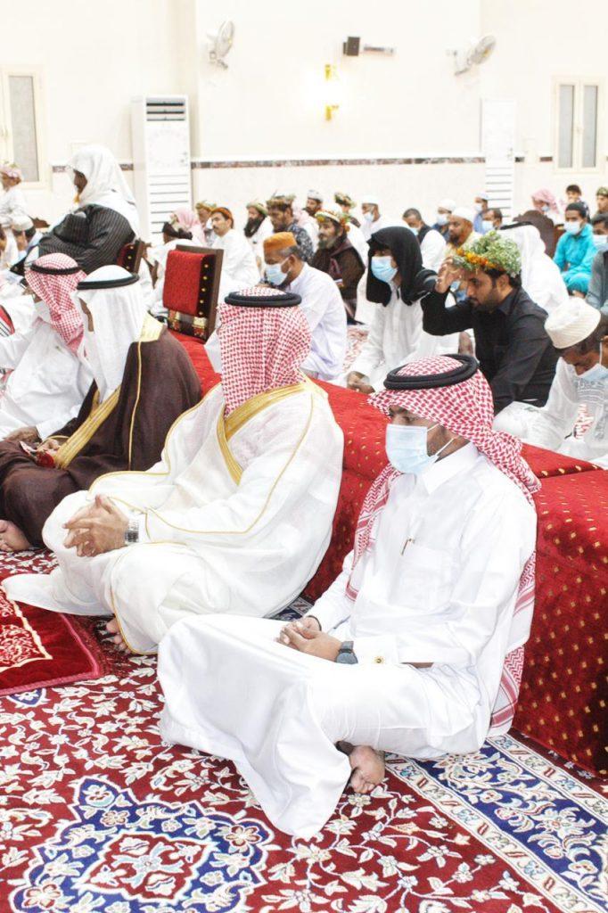 شاهد سعادة رئيس مركز الفطيحة ووكيله يتقدمان المصلين لأداء صلاة عيد الأضحى المبارك