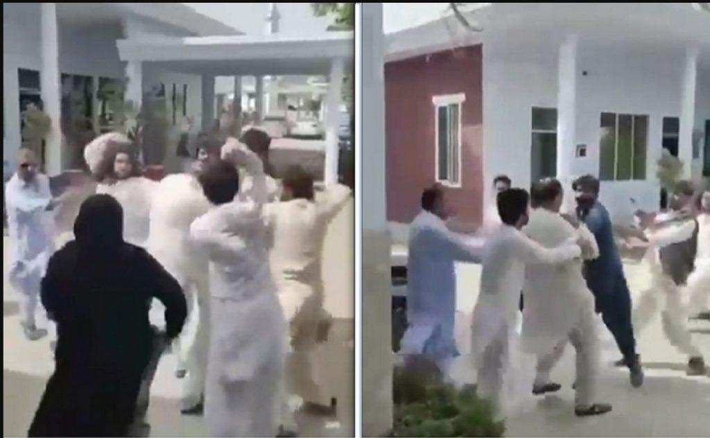 شاهد.. عدد من أهالي بلوشستان يبرحون مدير دائرة الكهرباء بالضرب