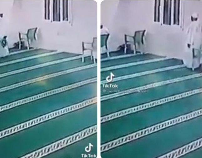 """شاهد .. """"مصحف"""" يتسبب في إنقاذ سوداني من الموت داخل مسجد – فيديو"""