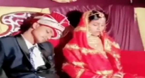 """عريس هندي يغرق في النوم على """"الكوشة"""" بحفل زفافه.. شاهد: ردة فعل العروس!"""