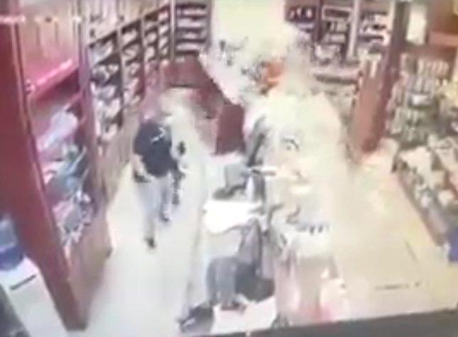 """فيديو متداول لـ """"امرأة"""" لم تعثر على الدواء في الصيدلية فاقتحمتها بسيارتها"""