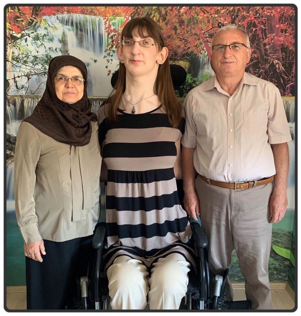 شاهد: أطول امرأة في العالم… والكشف عن جنسيتها وطولها